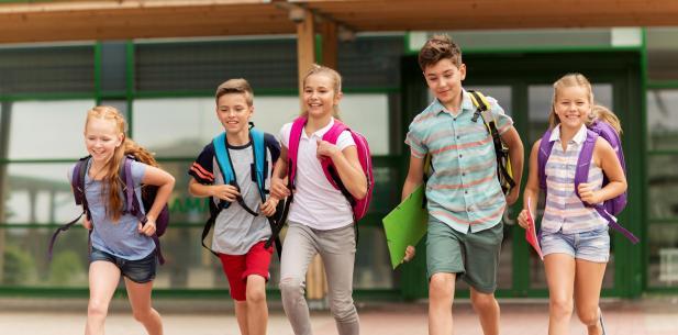 Groep kinderen rent uit school