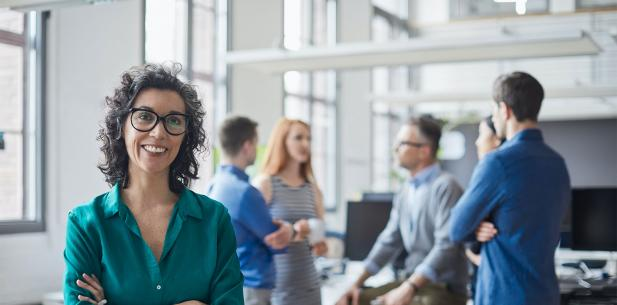 Vrouw op kantoor met collega's