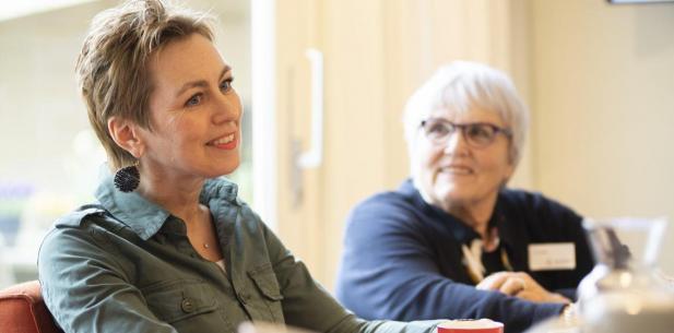 Twee vrouwen in het inloophuis