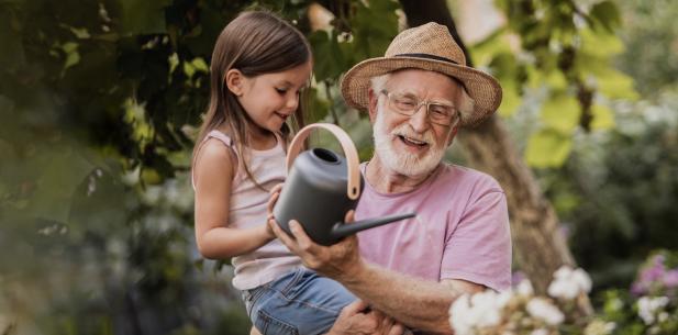 Man en kind geven samen planten water