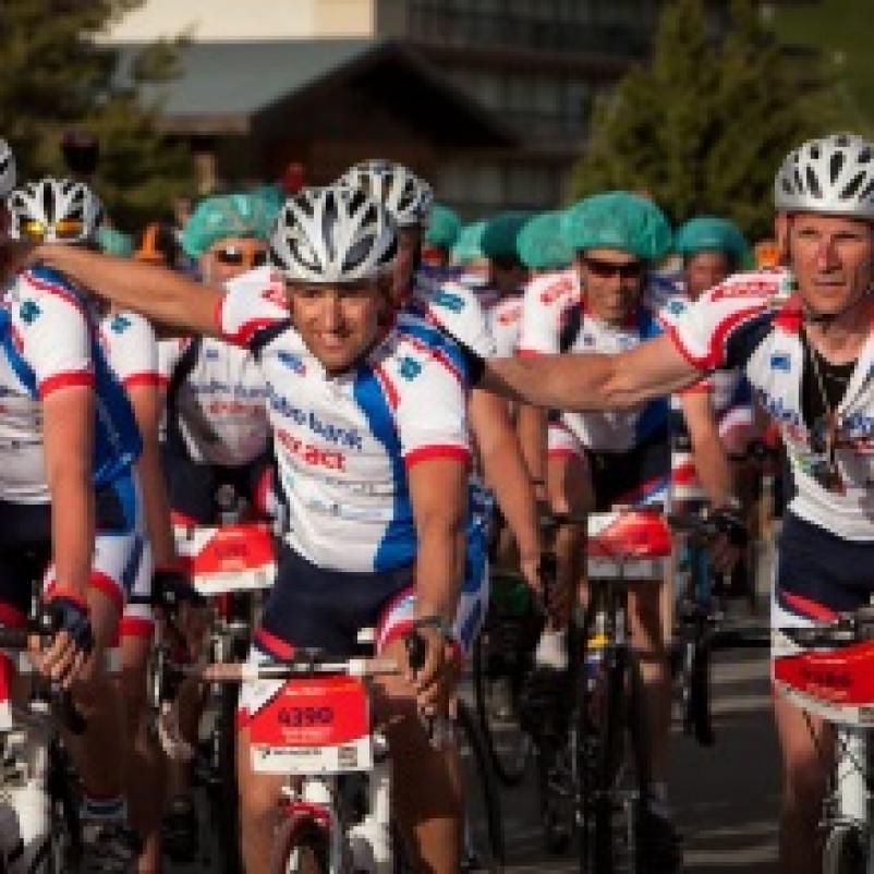 Groep fietsers op Alpe d'Huzes