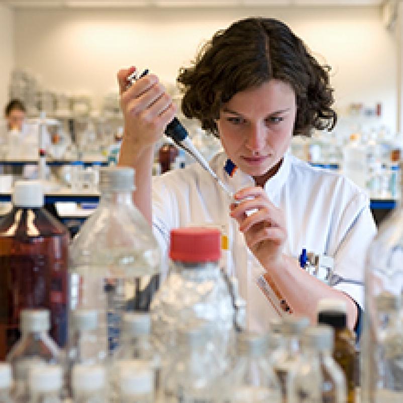 Onderzoeker Renske Altena in het laboratorium.