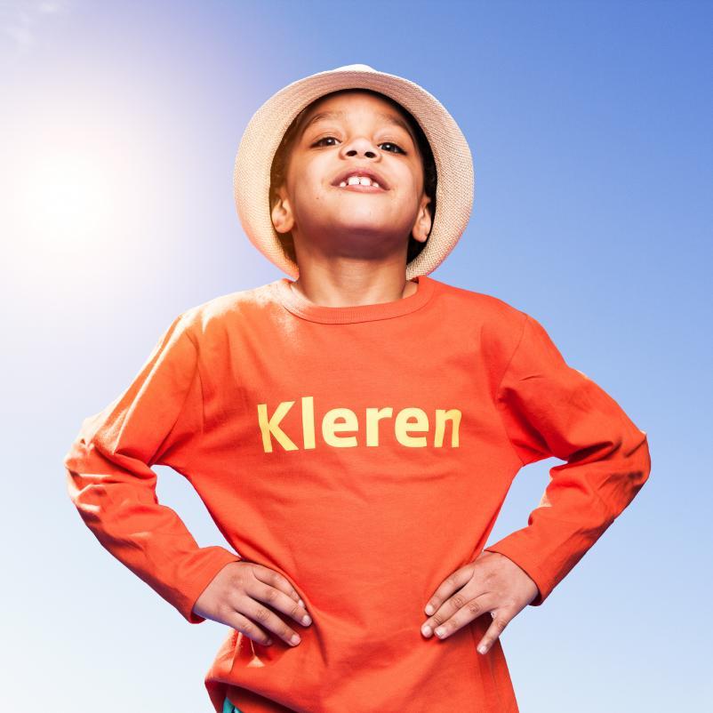 kind met kleren tegen de zon