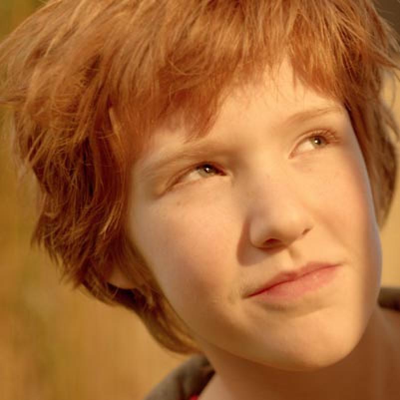 Jongetje kijkt in de zon