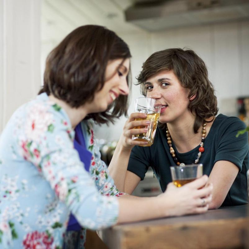 Twee zussen drinken thee