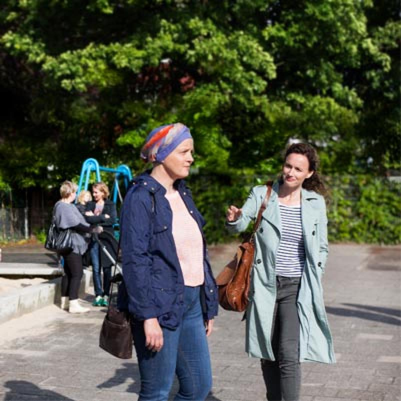 Vrouwen op schoolplein