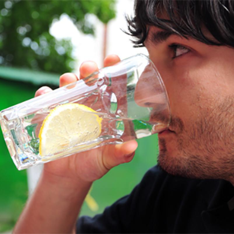 Man drinkt water met citroen