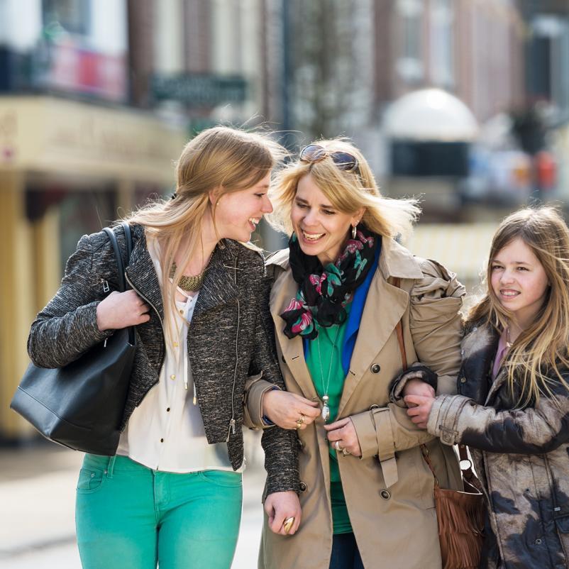 Moeder en dochters shoppen