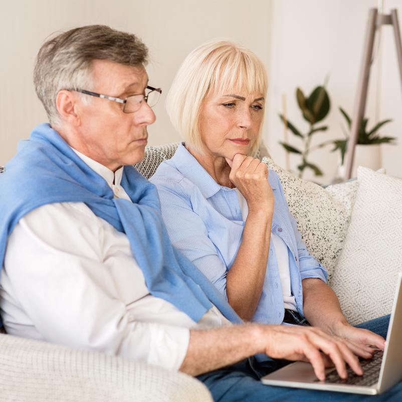 Echtpaar op de bank met laptop