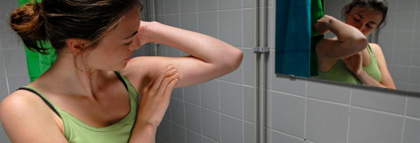 Vrouw doet zelfonderzoek