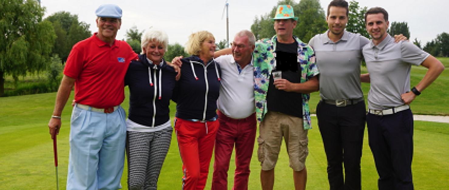 Groep golfers op een golfveld