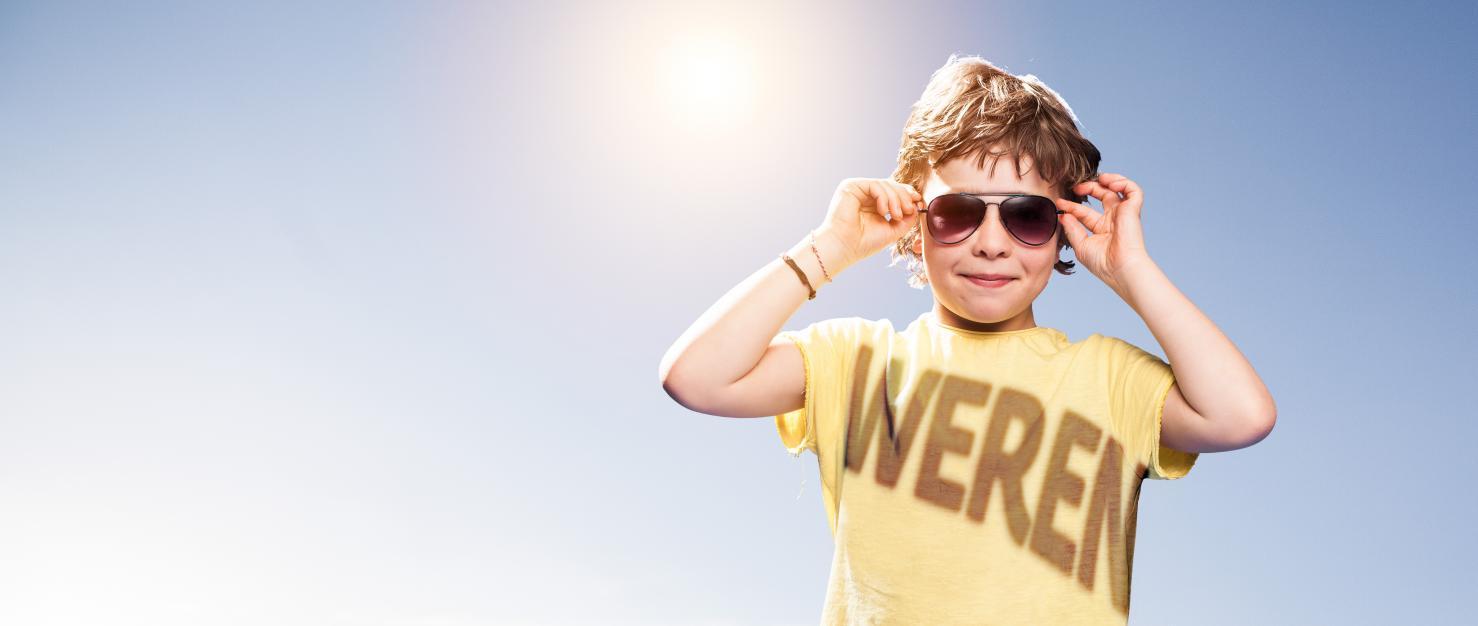 kind met schaduw tegen zon
