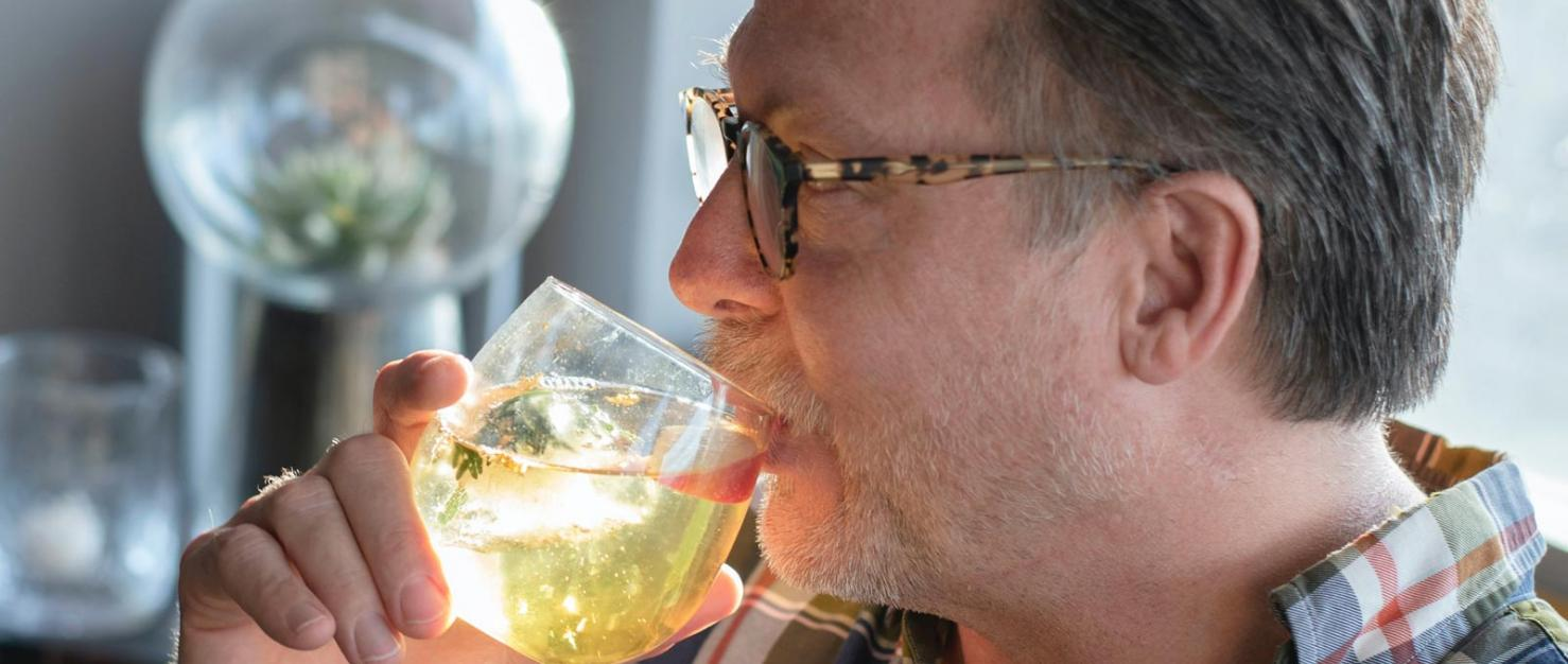Man drinkt uit glas