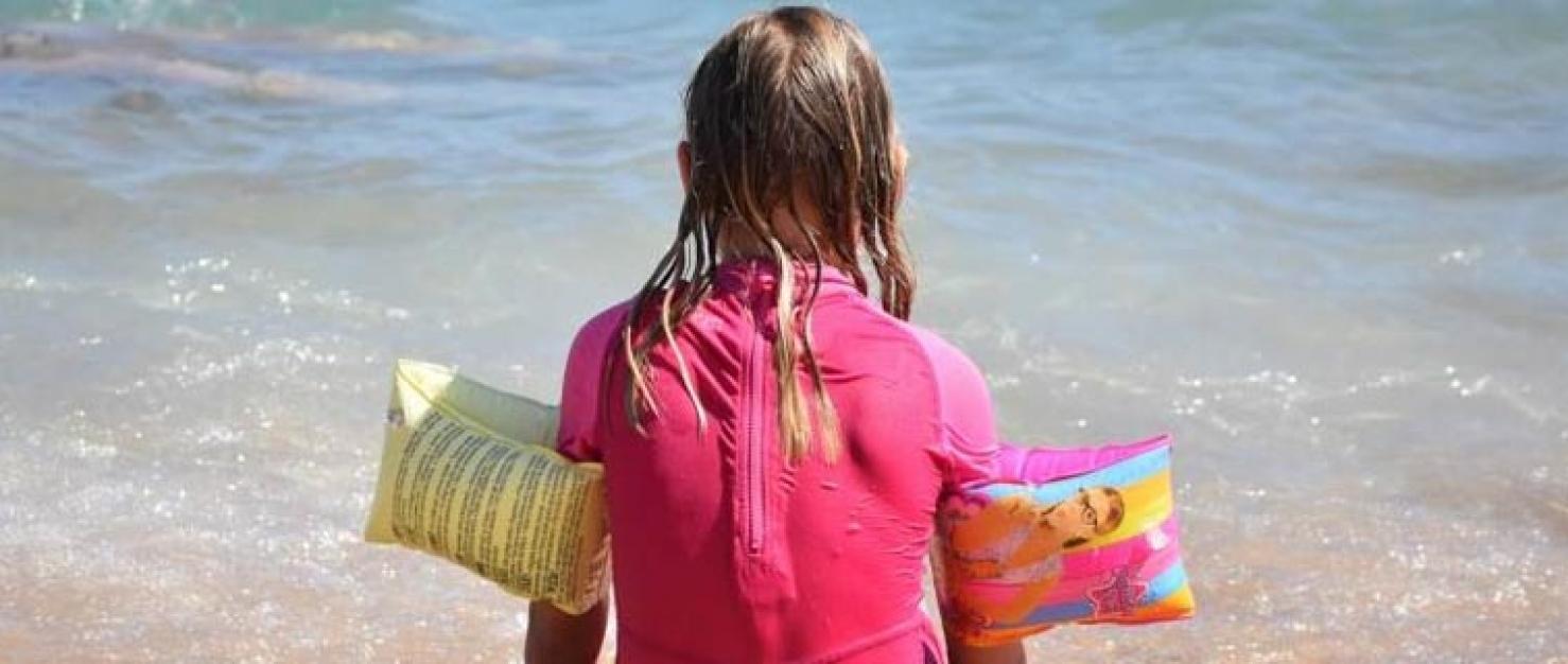 Meisje met zwembandjes