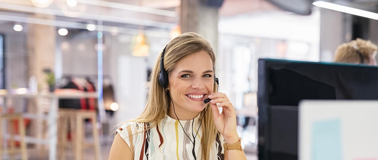 Vrouw met headset op kantoor