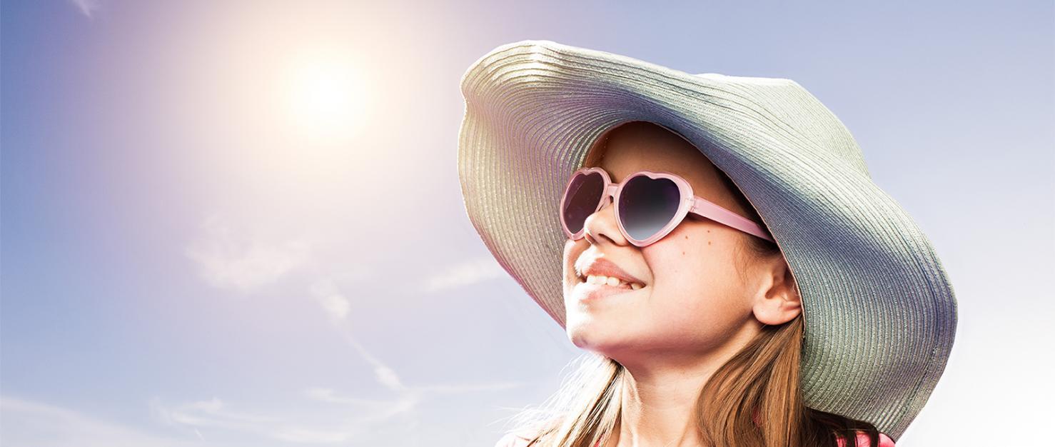 Meisje met zonnehoed en zonnebril