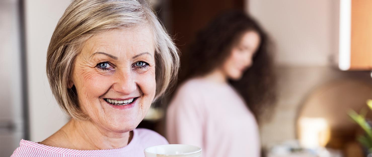 Vrouw drinkt koffie in de keuken