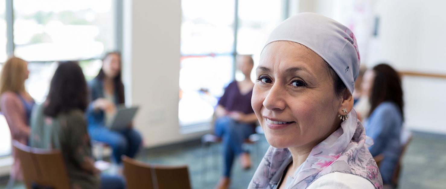 Vrouw met hoofddoekje in groepsgesprek