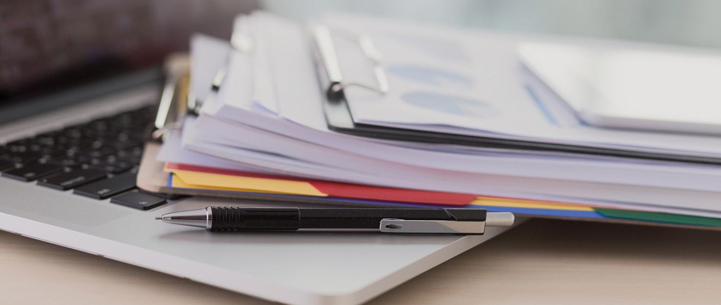 laptop en papieren