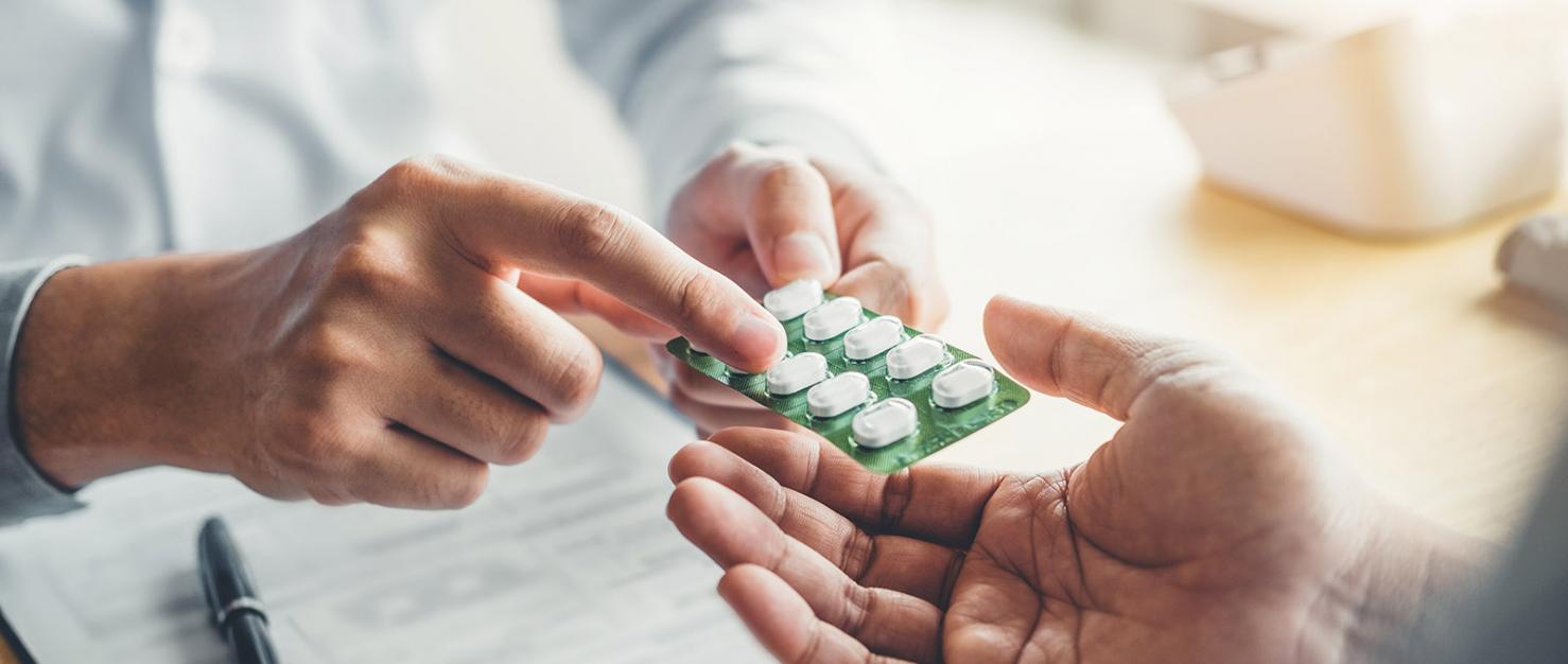 Dokter geeft medicijnen aan patiënt